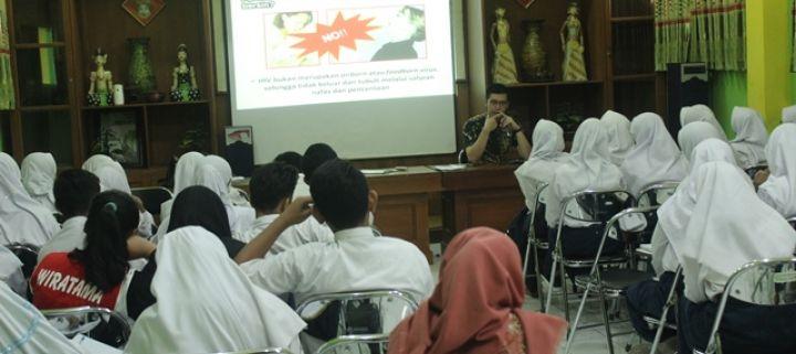 Sosialisasi pencegahan dan penularan HIV-AIDS di SMPN 7 Yogyakarta